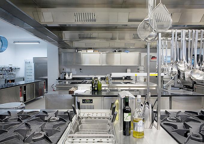 Casadonna reale ha realizzato la cucina ristorante con angelo po - Attrezzature professionali cucina ...
